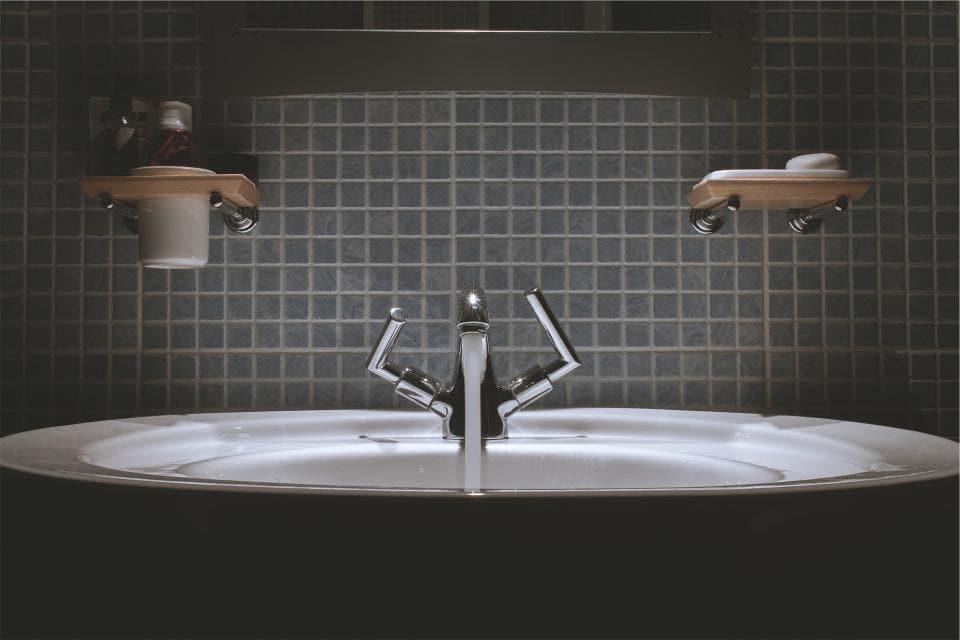 woda leje się z kranu w łazience