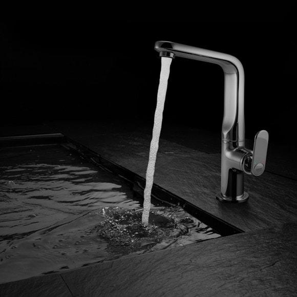 metalowa wylewka z kranu kapie woda