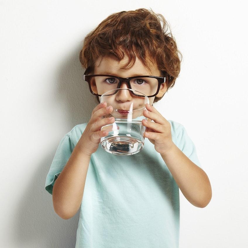 chłopiec pije wodę ze szklanki