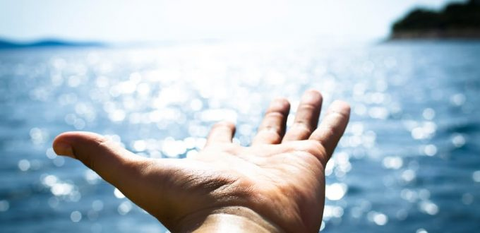 ręka na tle morza