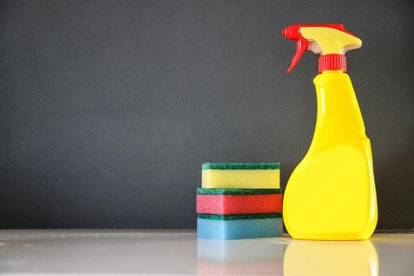 większe zużycie detergentów przez twardą wodę